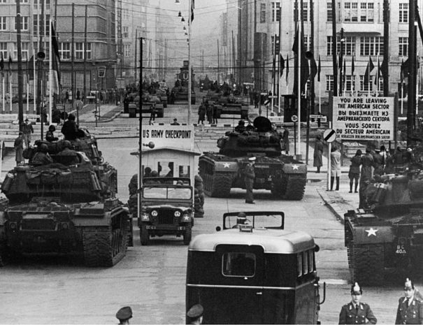 796px-US_Army_tanks_face_off_against_Soviet_tanks,_Berlin_1961