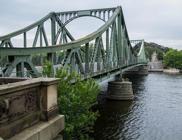 800px-Glienicker_Brücke,_von_Berlin-Wannsee_aus_gesehen-7274