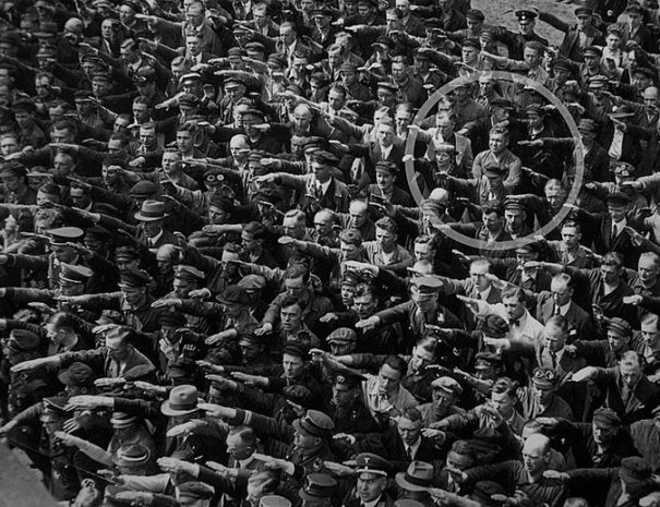 800px-August-Landmesser-Almanya-1936